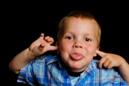 ילד מוציא לשון